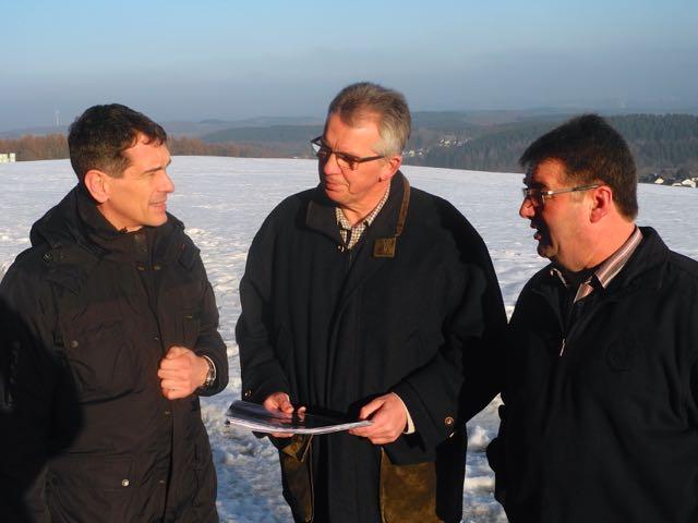 Jens Kamieth MdL lässt sich von Rolf Kolb und Friedhelm Höfer das Ausmaß der Planungen zeigen
