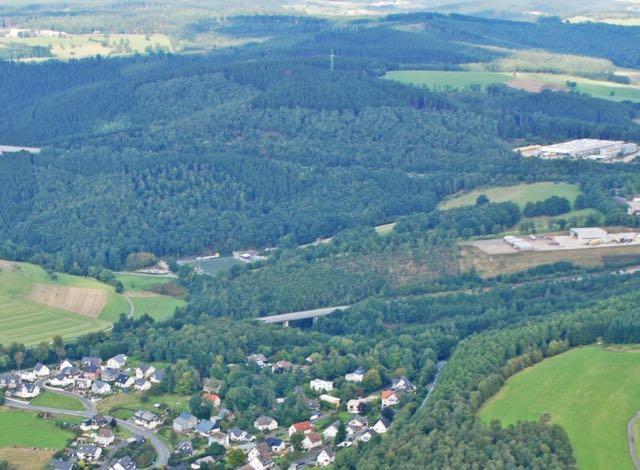 Der bewaldete Hügel zwischen Büschergrund und Bühl: Der Antrag der AL-Fraktion, auf das Industriegebiet hier zu verzichten, wurde von den Freudenberger Ratsgremien zurückgestellt. (Foto Jörg Bitterlich, mit freundlicher Genehmigung)